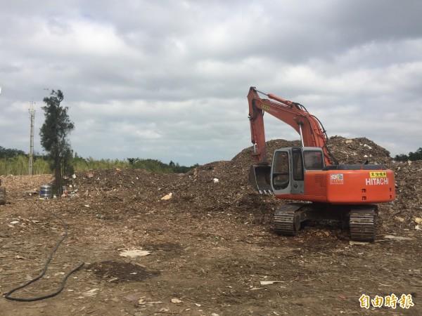 造橋鄉龍昇村遭倒廢棄物。(記者許展溢攝)