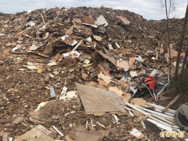 農業用地成了建築廢棄物貯存區。(記者許展溢攝)