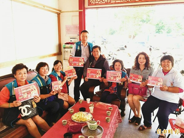 雲林至善文化協會推出3萬張白沙屯媽祖進香平安卡。(記者廖淑玲攝)