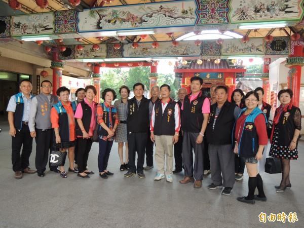 白沙屯拱天宮主任委員洪文華一行人踏訪虎尾台灣燈會展區。(記者廖淑玲攝)
