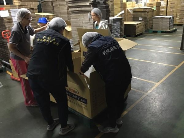 食管署和彰化縣衛生局人員到塑膠工廠稽查。(圖彰化縣衛生局提供)