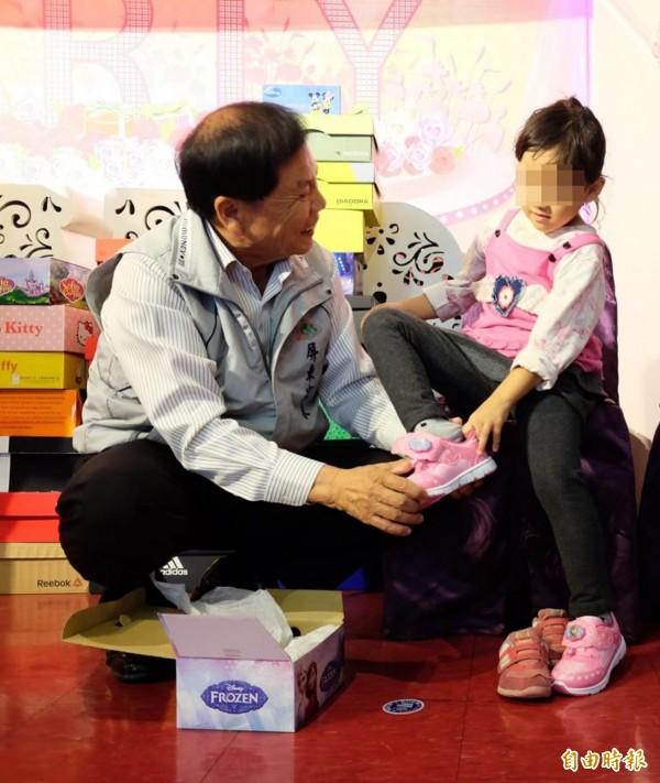 兒少保護家庭小朋友收到新鞋好開心。(記者羅欣貞攝)