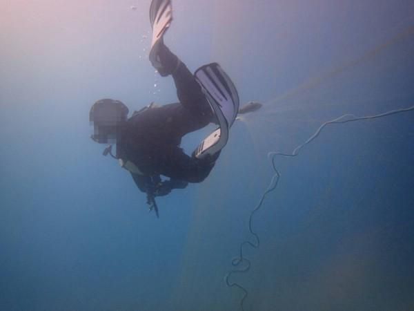 船帆石海底漁網驚人,潛客割除遭恐嚇。(記者蔡宗憲翻攝)