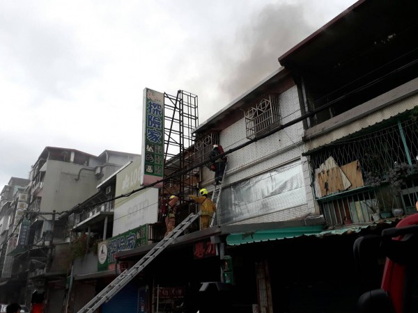 北市東華街一間民宅,消防人員在半小時內將火勢完全撲烕,不過63歲吳姓屋主送醫不治。(記者陳恩惠翻攝)