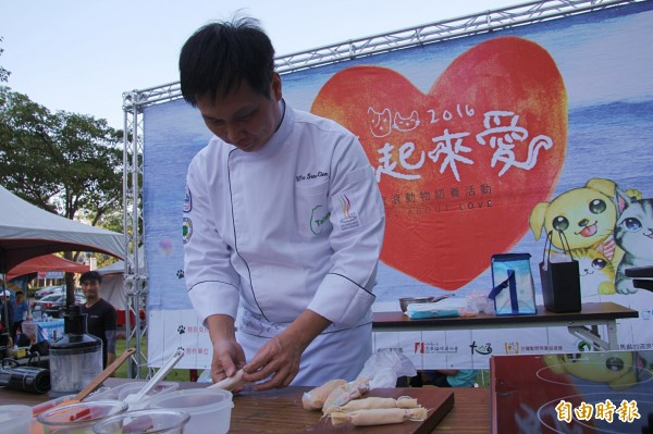 弘光科技大學餐旅管理系教授吳松濂示範製作「手做甜豆仁雞肉腸」。(記者歐素美攝)