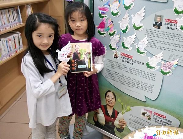 秀朗國小二年級學童到圖書館上生命教育,親筆寫下小卡片送給陳樹菊。(記者張安蕎攝)