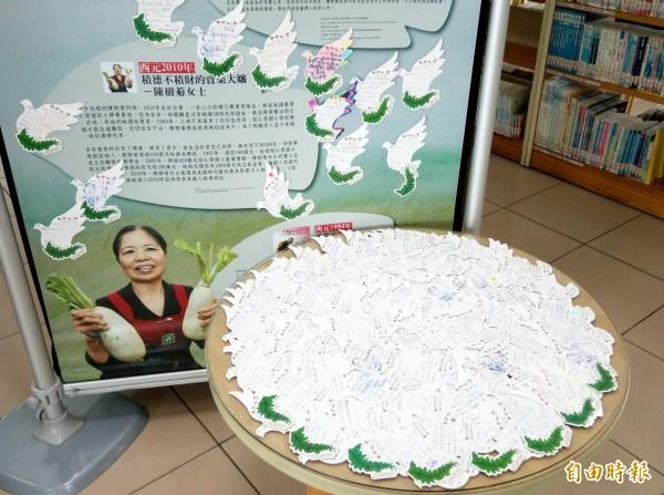 陳樹菊的愛心故事感動小學生,回饋卡片擺滿桌。(記者張安蕎攝)