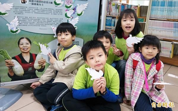 永和區秀朗、秀山國小670位2年級學童,特別到市立圖書館永和民權分館,感受課本人物陳樹菊的生命故事。(記者張安蕎攝)