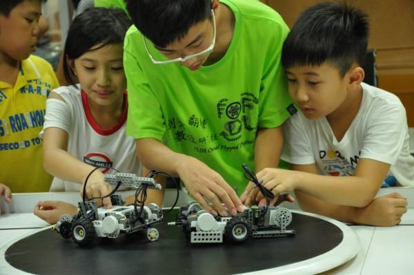 崇倫國中機器人社也在溪南國小示範機器人教育。(黃忠志提供)