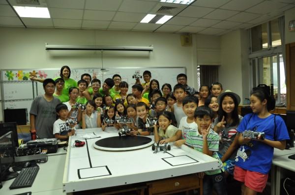 台中市崇倫國中老師黃忠志成立機器人社團,更將教育推向偏鄉,讓資源較少的學童也有機會踏入機器人世界。(黃忠志提供)