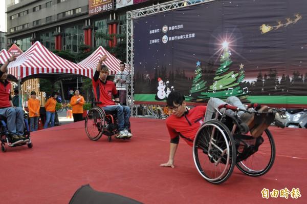 楊雲豪(右一)與「舞與輪比」團員們表演精彩輪椅舞。(記者周敏鴻攝)