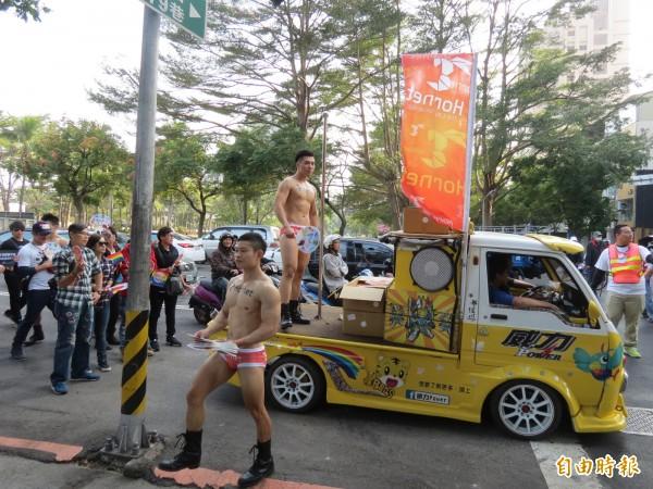 台中市同志大遊行今日在市民廣場舉行,有人赤裸上身表示支持(記者蘇金鳳攝)