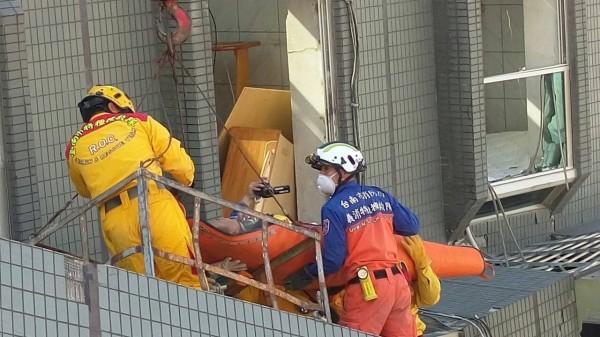 206震災,消防人員合力救災。(圖:南市消防局提供)