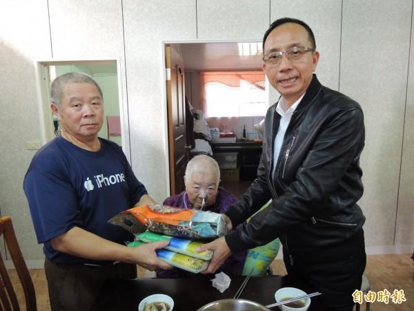 三星鄉長黃錫墉(右1)致贈三星米,香菇。(記者江志雄攝)