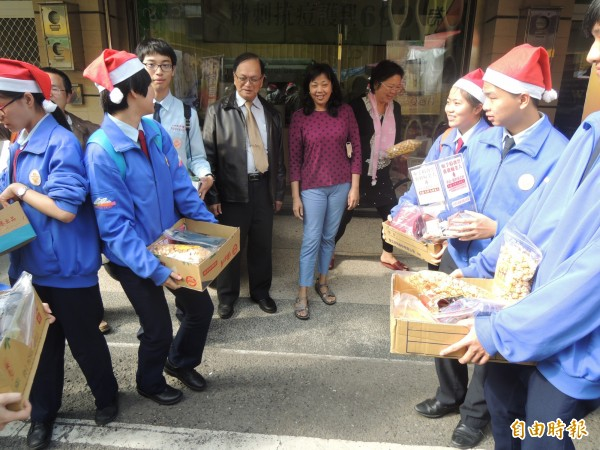 文生中學學生今上街義賣,為獨居老人勸募年菜。(記者陳燦坤攝)