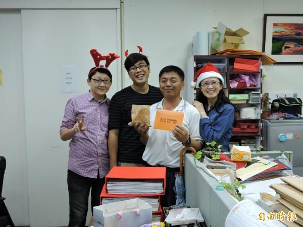 人事處員工巧扮小天使,傳遞愛心甜點與感恩卡片。(記者張存薇攝)