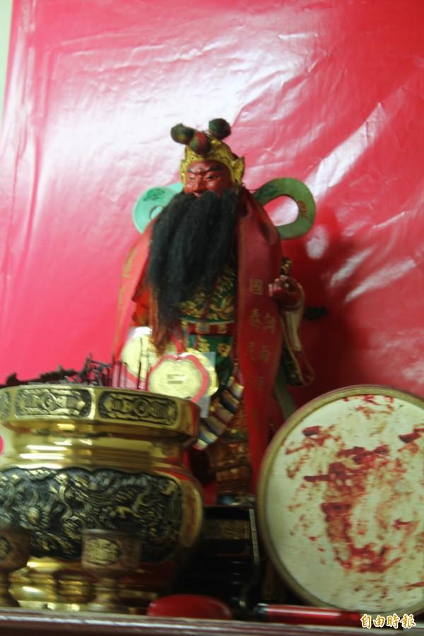 新埔警分局偵查隊上來自三聖宮關老爺的分香。(記者黃美珠攝)