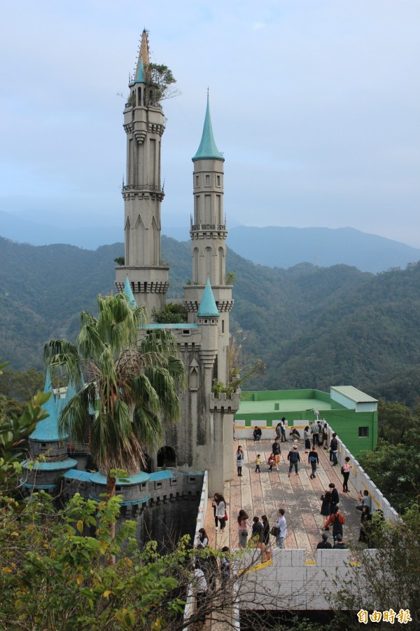 廢棄的「童話世界」城堡,現在是「佛陀世界」的堆放資源回收物處,但因近來朦朧美照在網路瘋傳,吸引很多遊客前往一探,其實遠看就可發現其堡塔頂端長出小樹,年久失修、欠缺管理可見一斑。(記者黃美珠攝)