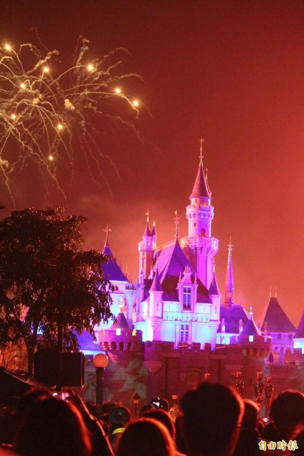 香港迪士尼睡美人城堡的夜間煙火秀。(資料照,記者黃美珠攝)