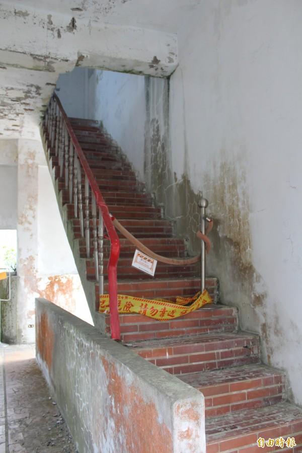 「佛陀世界」在城堡通往塔頂的樓梯上拉起封鎖線,以保護遊客安全。(記者黃美珠攝)