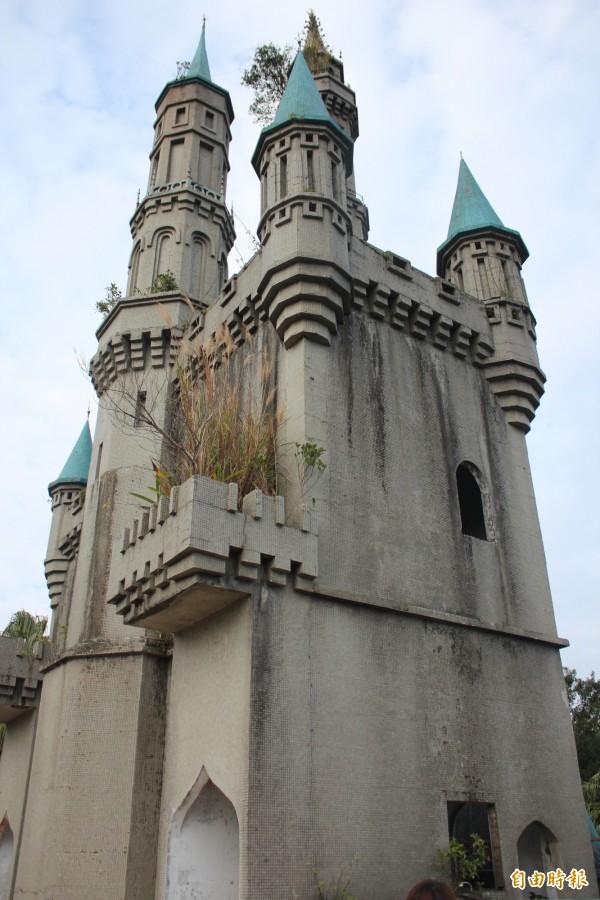 年久失修的童話故事城堡,外牆處處苔蘚,陽台、塔尖都長出了小樹,目前已是危樓。(記者黃美珠攝)