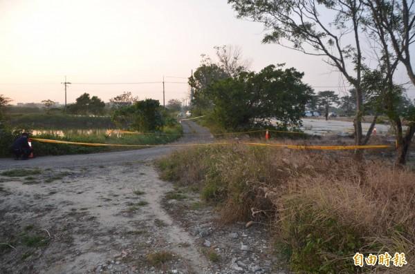 台南安南區北安路二段一處偏僻空地樹叢裡驚見套頭女屍,警方初步研判死者疑外籍女子。(記者王捷攝)