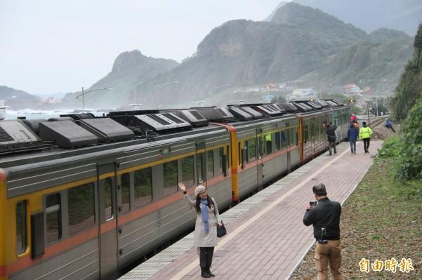民眾和首航列車合影。(記者林欣漢攝)