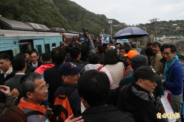 八斗子站啟用首航,吸引民眾猛拍。(記者林欣漢攝)