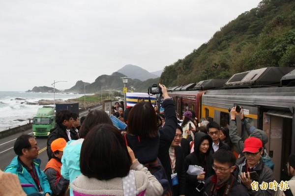 儘管飄著細雨,仍不減民眾拍照興致。(記者林欣漢攝)