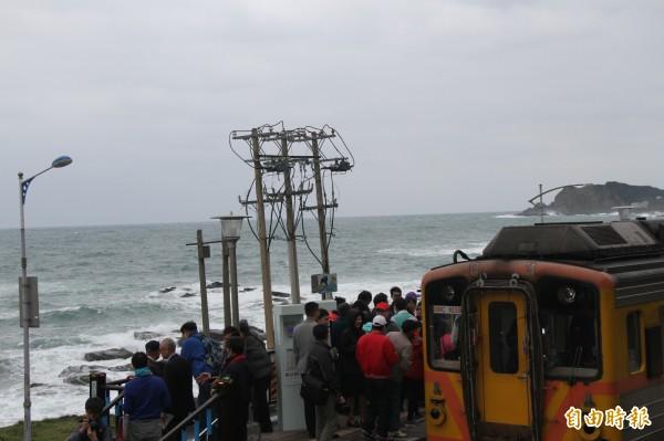 八斗子站旁的電桿相當突兀,林右昌表示要請台鐵移除或地下化。(記者林欣漢攝)