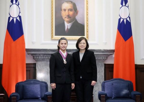 台灣女子舉重好手許淑淨於今年的里約奧運拿下金牌,總統蔡英文今(29)日上午頒授「四等景星勳章」。(圖由總統府提供)