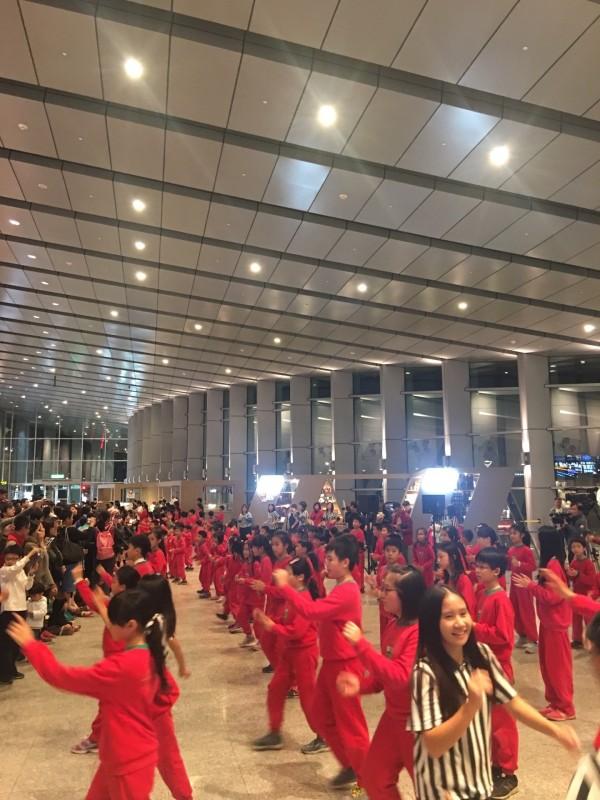 300紅衣舞者在雲林高鐵站快閃熱舞,迎接返鄉過新年的鄉親。(雲林高鐵站提供)
