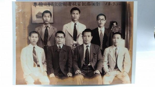 湯德章律師(坐排右二)生前舊照片。(李文雄提供)