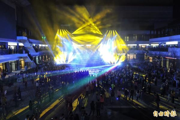 「台灣文創藝術博覽會」今天在台中軟體園區開幕,聲光水舞秀效果震撼。(記者何宗翰攝)