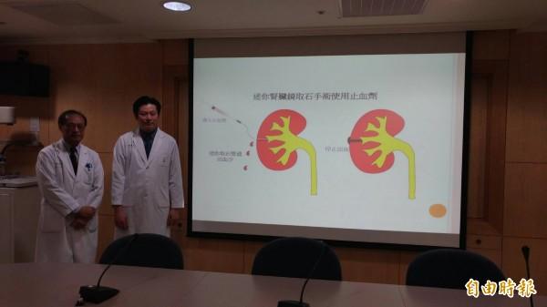 若瑟醫院副院長黃啟彬(左)、泌尿外科主任林易霆(右)教大家如何預防腎結石。(記者廖淑玲攝)