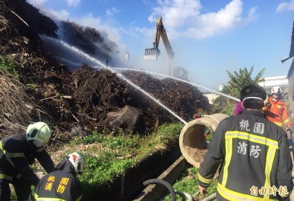 消防隊持續調派水庫車前往灑水。(記者李容萍攝)