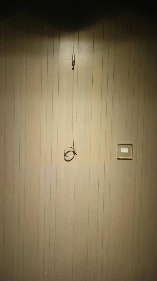 掛在翰品酒店的當代藝術畫作失竊,牆壁上留下吊掛繩鈎。(記者黃良傑翻攝)