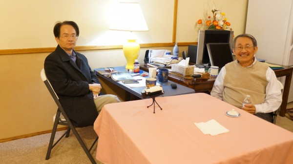 判逃美國的前中科院核研所副所長張憲義(右)在美接受陳儀深教授(左)訪談,揭露當年台灣核武研發計畫及諸多內幕。(圖:遠足文化公司提供)。