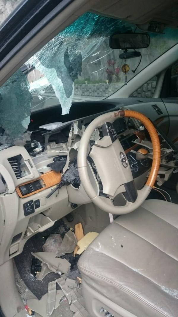蘇花公路和清隧道北上出口今早發生落石砸車意外。 (圖由警方提供)