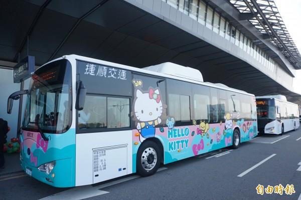 亞洲首條國際機場聯外全電動公車,A1台中國際機場到國美館路線,將於23日正式通車營運,車身內外彩繪HELLO KITTY,十分吸睛。(記者歐素美攝)
