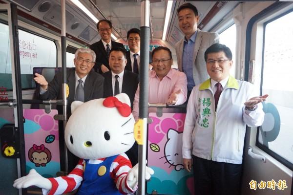 台中國際機場首條聯外全電動公車,車內也充滿彩繪HELLO KITTY。(記者歐素美攝)