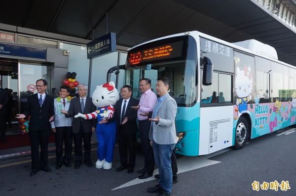 台中國際機場首條聯外全電動公車A1,車體彩繪HELLO KITTY,十分可愛。(記者歐素美攝)