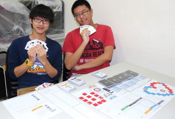 「Data Quest-數據任務」將程式邏輯擬人化為遊戲角色,幫助了結程式設計概念。右為台科大電子系陳弘展。(台科大提供)