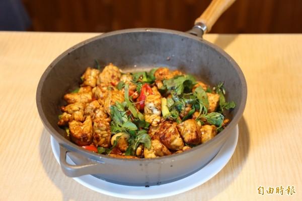 三杯方式料理的天貝,讓熟悉印尼傳統料理的學生也大讚。(記者邱芷柔攝)