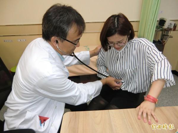 醫師巫慶仁提醒每逢連假,急性腸胃炎的病患會驟增。圖中女性與新聞對象無關。(記者方志賢攝)
