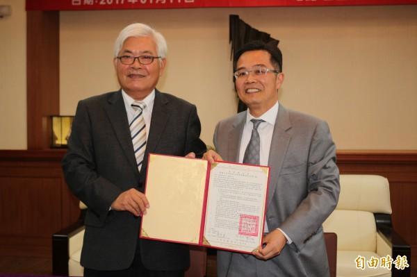 雲林縣長李進勇(左)與虎尾科大校長覺文郁(右)簽署「策略聯盟意向書」。(記者詹士弘攝)