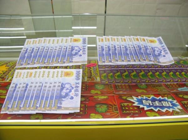 林男拿假鈔騙取價值3萬元的刮刮樂。(記者王宣晴翻攝)