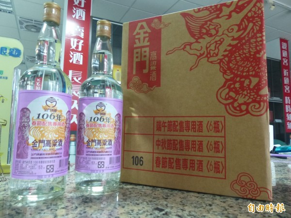 金門農曆春節家戶購酒,仍是不少老饕眼中的好物。(記者吳正庭攝)