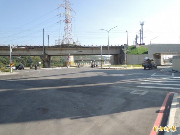 新竹縣竹北市外環道最後一段工程,10日才剪綵通車,但環北路、沿河街和泰和路口,形成一複雜大路口。(記者廖雪茹攝)
