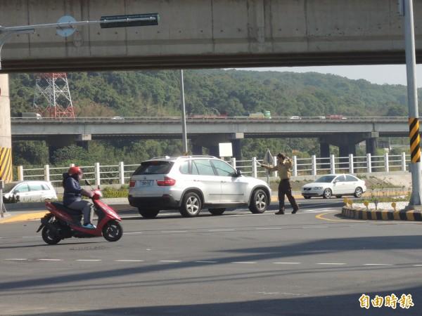 今天一早,竹北市沿河街往東方向的車輛,行駛到環北路與泰和路口時,不知道鐵路橋下道路已改為單向道;雖警方派員現場指揮交通,仍見有駕駛人逆向行駛,險象環生。(記者廖雪茹攝)
